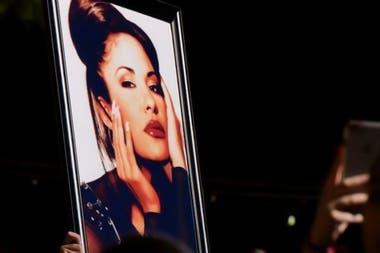 Selena murió a los 23 años tras recibir un disparo por parte de Yolanda Saldívar, quien trabajaba como asistente y presidenta de su club de fans
