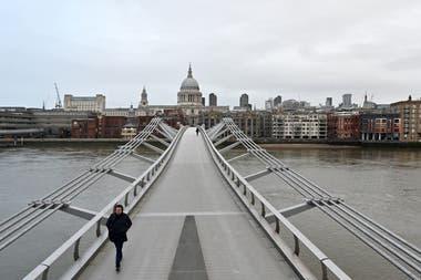 El Millenium Bridge en Londres, casi desierto, en el inicio del tercer confinamiento.