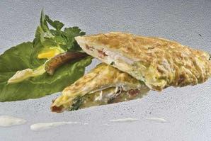 Súper fácil: Omelette de pollo, queso y tomate