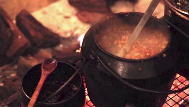En Pulpería Quilapán, una olla de fundición de 250 litros