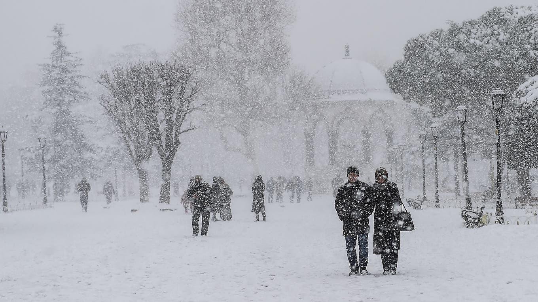 Temperaturas inusualmente bajas azotan Estambul, hay rutas cortadas y vuelos cancelados. Foto: AFP / Yasin Akgul