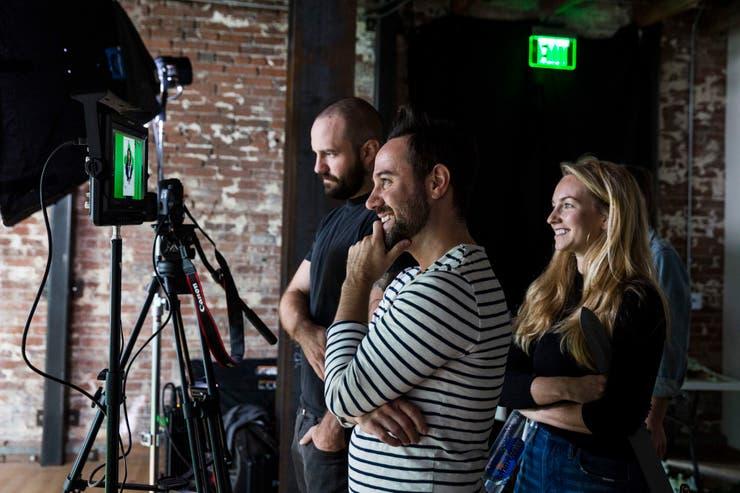Eric Thompson, director de fotografía, junto a Michael Bruno y Wallis Millar-Blanchaer en un set de los Giphy Studios