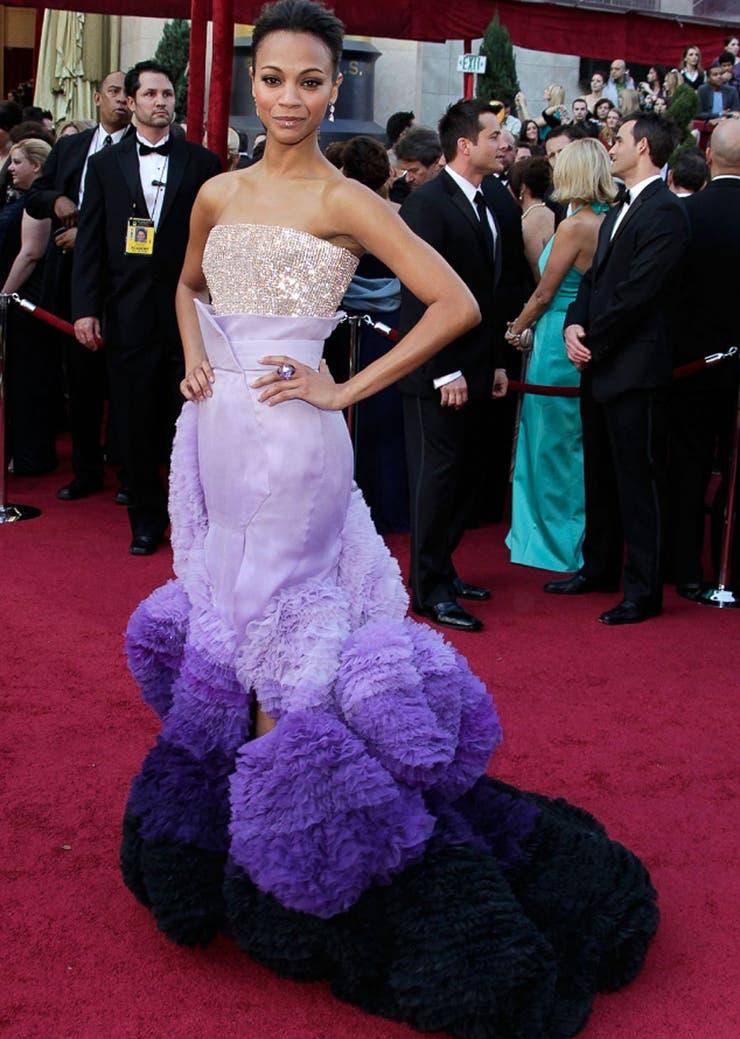 Dijeron violeta y Zoe Saldana cantó primero en la ceremonia de 2010; la pieza de Givenchy Couture se abolla en el piso como un guirnalda de cumpleaños... No es para todos ser futurista