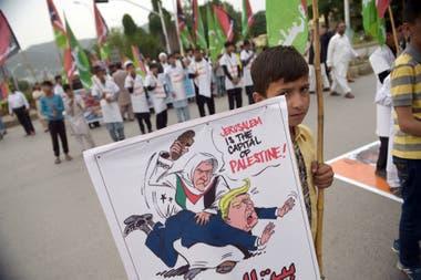 Un niño muestra un cartel durante las protestas