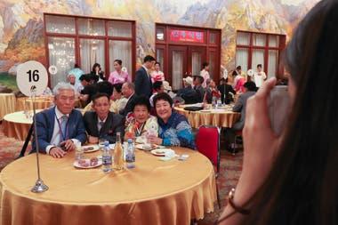 330 surcoreanos de 89 familias se vieron cara a cara con 185 parientes de Corea del Norte