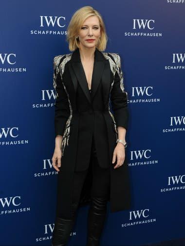 Cate Blanchett, siempre un icono de la moda; en esta oportunidad en un traje negro con detalle en el saco