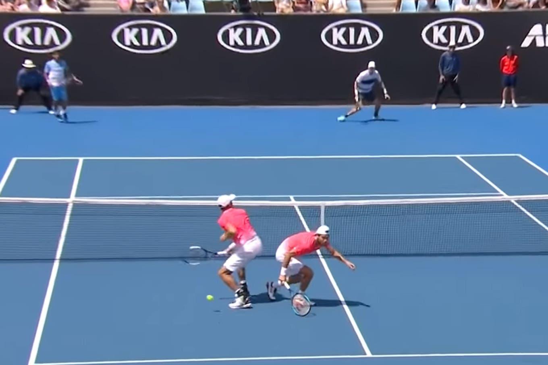 ¡Cuidado con la pelota! El divertido error en un partido de dobles de Australia que involucró a dos argentinos