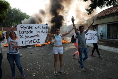 Manifestantes protestan durante los enfrentamientos con la Guardia Nacional Bolivariana en Urena, Venezuela.
