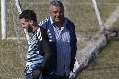 Lionel Messi y Claudio Tapia, presidente de la AFA