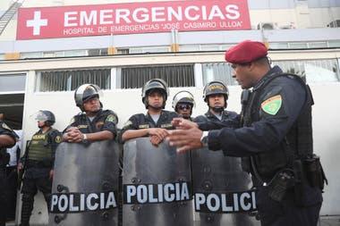 Fuerte operativo policial en la puerta del hospital donde se encuentra internado el expresidente de Perú, Alan García