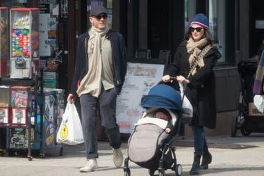 La pareja pasea por las calles de Nueva York, junto a su pequeña hija