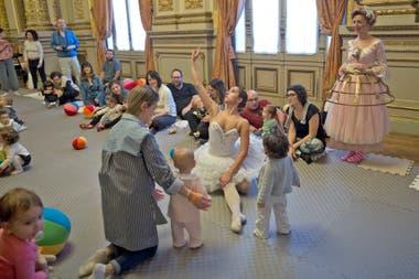 Los niños y las niñas fueron sorprendidos por la bailarina