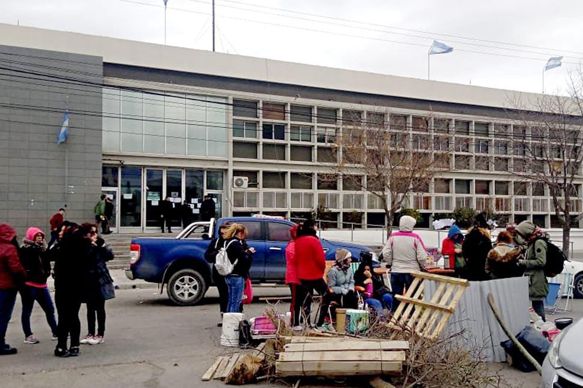 Chubut sigue sin clases y la caída del petróleo agrava la crisis provincial