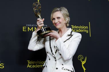 Jane Lynch se llevó al Emmy a la mejor actriz invitada en una comedia por The Marvelous Mrs. Maisel