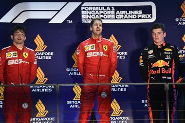 Vettel, en el centro, con Leclerc y Verstappen como escoltas en el Gran premio de Fórmula 1 de Singapur.