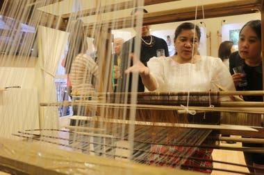 Nelia Rogano, una maestra tejedora de Kalibo, Aklan realizando tejido de piña-seda en un telar de pie en la Embajada de Filipinas en Londres