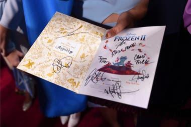 Un codiciado programa del estreno de Frozen II, autografiado por los protagonistas