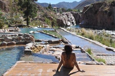 Piscinas naturales con vista al río Mendoza.