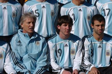 Pekerman, D.T. de la selección, junto a Lionel Messi y Javier Mascherano.