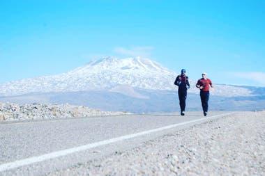 En su larga travesía, Savonitti se encuentra con paisajes de una belleza incomparable, como el que lo muestra en Chos Malal, con el volcán Tromen