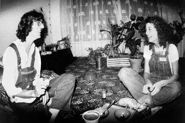 La fotógrafa Andy Cherniavsky, en la foto con Charly García, revela sus memorias personales de los 80 en un nuevo libro