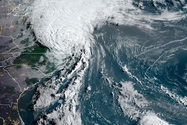 Esta imagen de satélite Rammb/NOAA obtenida el 4 de agosto de 2020 a las 11:40 UTC muestra la tormenta tropical Isaias frente a la costa este de Estados Unidos
