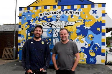 Los artistas Andy McVeigh (izquierda) y Nicolas Dixon frente al mural en Oldfield Lane, Wortley, Leeds.