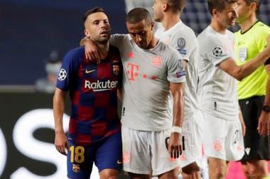 14 de agosto de 2020. Jordi Alba del Barcelona con Thiago del Bayern Munich después del partido.