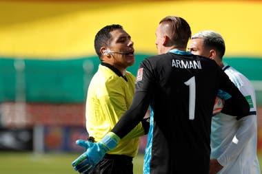 Diego Mirko Haro sancionó a Franco Armani por haber tomado lo que el juez entendió como un pase atrás directo, pero la pelota había dado en un boliviano; ante la protesta del arquero y de Leandro Paredes, el árbitro anuló el tiro libre indirecto y concedió un pique no disputado.