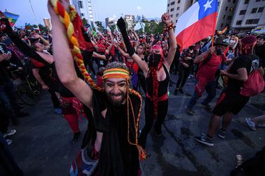 Manifestantes que apoyan la reforma de la constitución chilena se reúnen a la espera de los resultados oficiales del referéndum en la Plaza Italia de Santiago el 25 de octubre de 2020