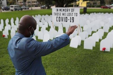 Un monumento a los muertos por Covid-19 en Griffing Park el 28 de octubre de 2020 en North Miami, Florida