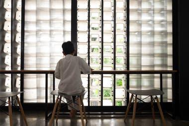 El interior permite ver como pasa la luz gracias a los recortes de los fondos