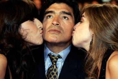 Diego Maradona y sus hijas Dolma y Giannina.
