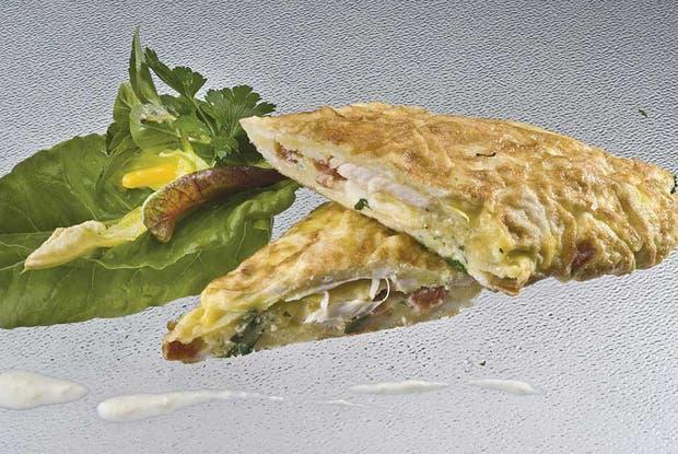 Receta de Súper fácil: Omelette de pollo, queso y tomate
