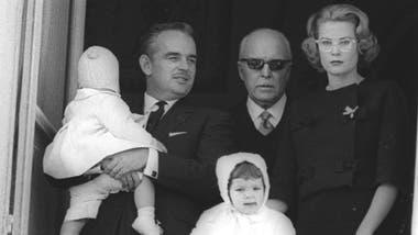 Una imagen familiar de 1959: Rainiero con el principe Alberto en sus brazos, su padre Pedro de Polignac, Grace Kelly y la princesa Carolina