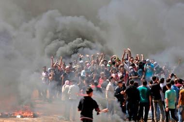 Los palestinos queman neumáticos durante las protestas