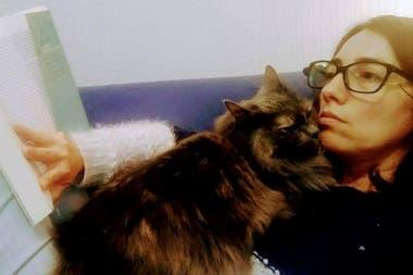 """""""Los perros viven con nosotros y los gatos nos dejan vivir con ellos"""", afirma el experto en comportamiento animal Ricardo Luis Bruno Cazeaux. Mariana lo comprobó al poco tiempo de adoptar a Talita, hoy la reina de la casa."""