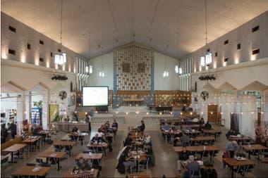 La vieja iglesia sirve platillos de pollo y ofrece sus servicios a los residentes y artistas bohemios que pueden comprar hasta sesenta comidas por 20 dólares