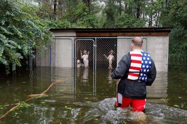 """Trump saludó a los rescatistas y fuerzas del orden que """"trabajan muy duro"""" para ayudar a la población"""
