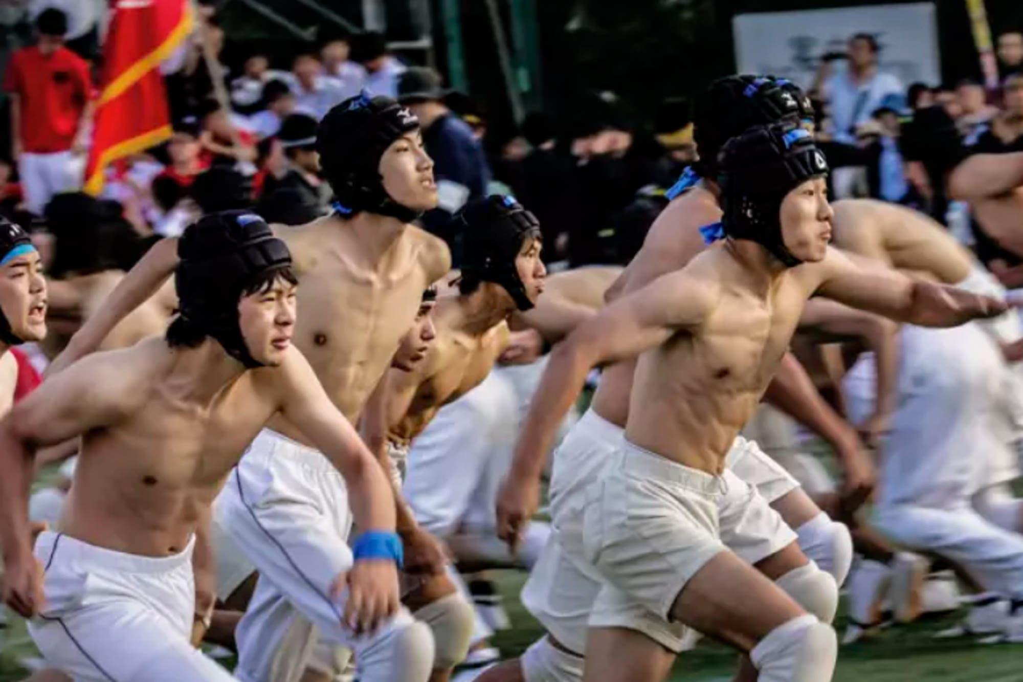 El bo-taoshi, el extraño deporte de Japón que parece una guerra de 75 contra 75