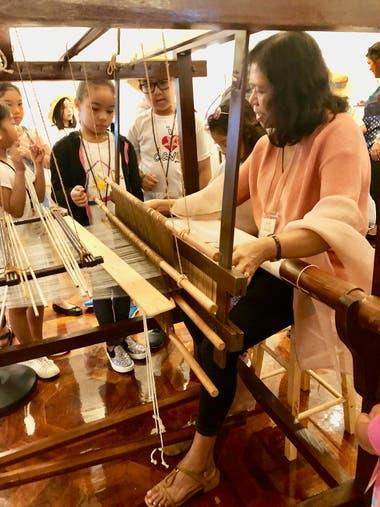 Ursulita Dela Cruz, una maestra tejedora de Kalibo, Aklan demuestra el tejido de piña-seda en un telar de pie en el Centro de Filipinas en Nueva York en 201