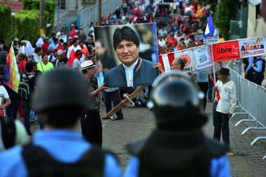 Manifestantes en una de las demostraciones de apoyo a Evo Morales