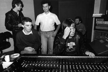 Gustavo Gauvry al frente de la grabación del primer álbum de la banda, en su legendario estudio de Parque Leloir