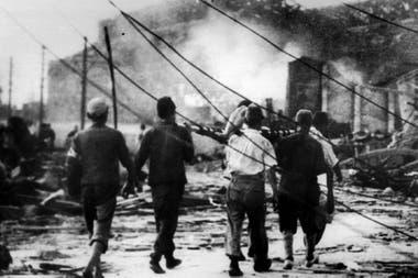 Varias personas trasladan a una persona herida en el bombardeo