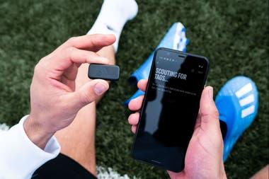 El chip Adidas GMR se pone bajo la plantilla, se vincula con el teléfono y registra tus movimientos en la cancha, sea corriendo, dando pases o pateando al arco, para combinar eso con el videojuego FIFA Mobile