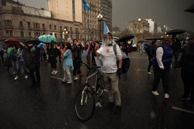 La vigilia del 26A bajo la lluvia, frente al Congreso de la Nación