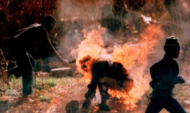 Un miembro del ANC asesta el golpe definitivo a un presunto militante Inkatha que se prende fuego. La foto fue parte de una historia que ganó el premio Pulitzer en 1991 (Gentileza Greg Marinovich)