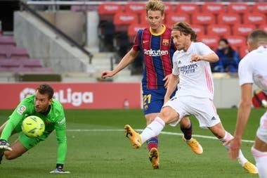 El momento de la definición del clásico español: el remate tres dedos de Luka Modric que se convertirá en el tercer gol del equipo merengue.