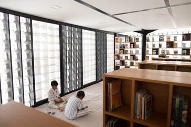 La biblioteca está en un segundo nivel para aprovechar el resto del espacio debajo del rectángulo principal