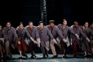 El cuerpo de baile del BNS, preciso como una maquinaria en una escena de la oficina